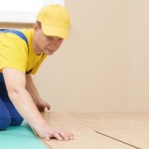 Nejoblíbenější materiály pro podlahy do interiéru? Dřevo, laminát a vinyl!